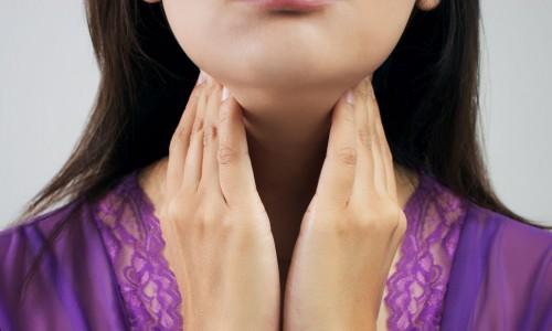woman checking thyroid